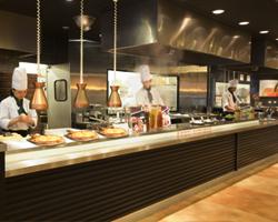 できたての美味しさを目の前で楽しめる迫力のオープンキッチン!