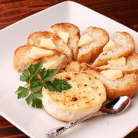 とろけるチーズを人気ベーカリーのバケットと一緒にお楽しみあれ