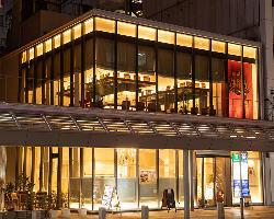 大通り沿いに面したビルの2階!窓から見える夜景も楽しめます!