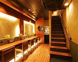 店舗一階カウンター5席。鰻を焼く所がご覧頂けます。