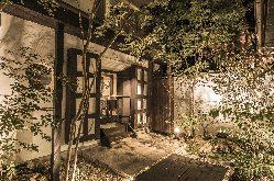 本館と蔵の間の中庭では四季折々の草花をご覧いただけます