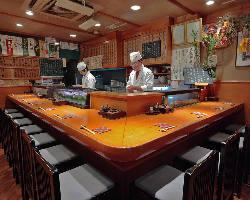 1階のカウンター席では目の前でお寿司を握らせていただきます。