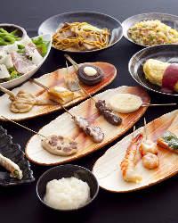 【生ウニ寿司】 焼きおにぎりの上にウニをのせて海苔で巻きます