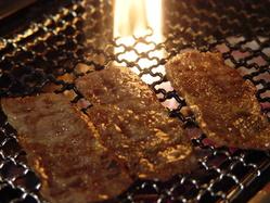 お肉のおいしさ引き立つ炭火ならではの焼と香りをご堪能あれ!