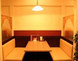 ゆったり寛げるテーブル席
