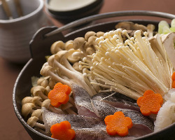 <海鮮きのこ鍋>たっぷりきのこと海鮮が味噌だしと絶妙に調和!