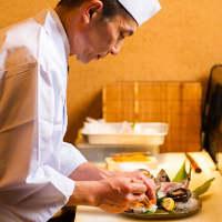 当店で15年余りのキャリアを持つ職人がお料理を仕上げます。