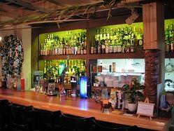 バックバーには、常時150種類以上のお酒が並ぶ…