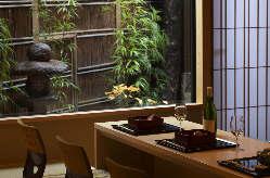 坪庭を眺めながらお食事していただける 個室のカウンター席。