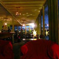 大きな窓から見える夜景を カップルソファー席で贅沢に♪