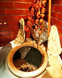 インドから取り寄せた土窯で焼く、本格タンドーリ料理です。
