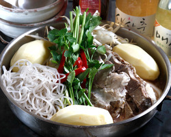 豚背骨肉とじゃが芋等たっぷり 人気のチゲ鍋カムジャタン