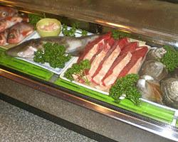 カウンターには新鮮食材が 所狭しに並びます