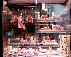 特注の熟成肉専用 セラーがお出迎えします。