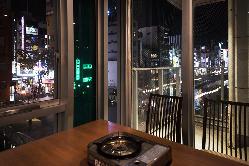 窓際のお席から夜の道頓堀川を眺められます♪
