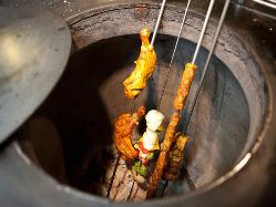 300℃近い高温で素材を一気に焼き上げるタンドール料理。