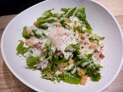 新鮮な野菜で、幅広く大人気のシーザーサラダ