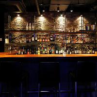 食前や食後はバーで一杯。大人のグランメゾンの楽しみ方を。