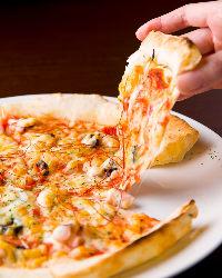 自慢の手打ちピザはカリカリ&モッチリ生地が◎