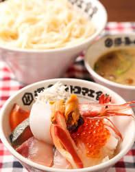 海鮮丼とつけ稲庭うどんのセットを楽しむランチもおすすめです