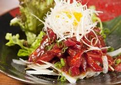 《馬肉が愉しめる》 新鮮な馬刺しをはじめ逸品料理も多彩です。
