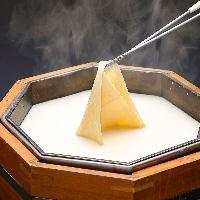 お客様が出来たての湯葉を作る、感動体験!美しい引き上げ湯葉