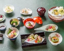 伝統を踏襲した上で、斬新な 手法も取り入れた季節の懐石料理