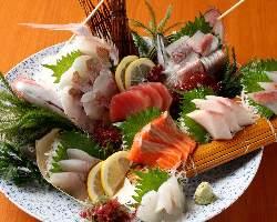 新鮮な魚介を堪能できる刺身盛り合わせは庄や自慢の一品です