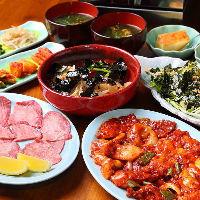 名物のコチホル盛りは、赤身肉とホルモン、スルメイカのコラボ