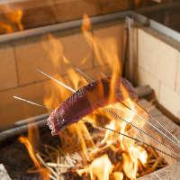 名物カツオの藁焼き。カウンター越しに火花が立ち上ります!