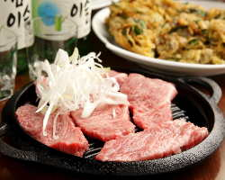 当店のサムギョプサルは皮付の厚切り豚バラ一枚肉を使用!