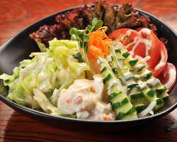 新鮮な野菜料理も充実 「安加郎サラダ」をどうぞ
