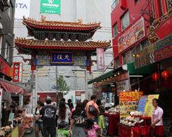 休日や連休は特に賑わう南京町♪ 弊店 西安門のすぐ横☆