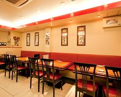 中国風のテーブル席♪ 壁には本場上海 刺繍の画♪