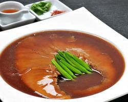 フカヒレ姿煮は人気メニュー 口の中でふわっととろける食感。