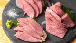 初来店ならまずは自慢の肉刺しから!3種盛りがおすすめです