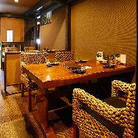 《テーブル席》 表情のある和モダンな椅子がお洒落