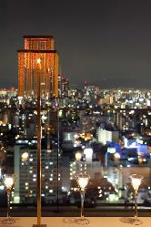 店内の大きな窓から一望できる大阪の夜景