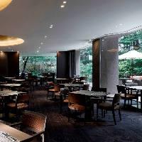 開放的な空間で、心弾むお食事のひとときをお楽しみください