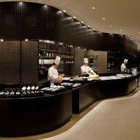 活気あふれるオープンキッチンから、ビュッフェやタパスをご提供