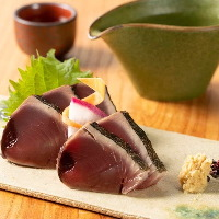 舞鶴漁港直行便で仕入れる、料理長厳選日替わり鮮魚をご用意。