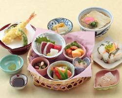 お昼は色彩り豊かなお膳物(定食)をご提供致します。