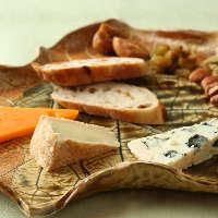 ワインと相性抜群のチーズも種類豊富にご用意