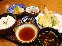お寿司がメインですが、揚物も人気です。