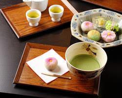 おいしいお茶や茶菓子も ご用意してます。