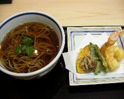 天ぷらは薄い衣でカラっと揚げています!盛り合わせは大小2種♪