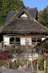 大きな萱葺屋根が目印☆開放感抜群の高い天井と広々とした土間。