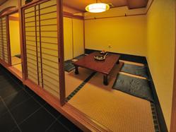 座敷の個室は2名様~。仕切り を外す事で18名様迄対応。