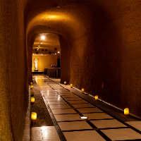 ホテル地下1階、洞窟のような雰囲気の広々空間は最大120名様まで