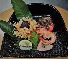 見た目鮮やかなお料理は旬の食材だけを使用しております